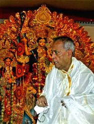 Former President Pranab Mukherjee during Durga Puja celebrations at his ancestral house in Birbhum district of West Bengal on Sept 28, 2017.