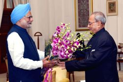 Former Prime Minister Manmohan Singh greets the President Pranab Mukherjee, on the occasion of New Year, at Rashtrapati Bhavan, in New Delhi on Jan 1, 2016.