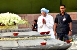 Former Prime Minister Manmohan Singh paying homage at the samadhi of former Prime Minister Rajiv Gandhi on his 70th birth anniversary in New Delhi on Aug. 20, 2014.