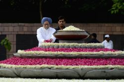 Former Prime Minister Manmohan Singh paying homage at the samadhi of the former Prime Minister, late Rajiv Gandhi, on his 72nd birth anniversary, at Vir Bhoomi, in Delhi on August 20, 2016.