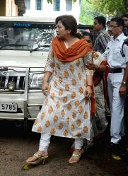Former Union minister and Congress leader Matang Singh's ex-wife Manoranjana Singh being taken to be produced at a CBI court in connection with chit fund scams in Kolkata on Oct 8, 2015.