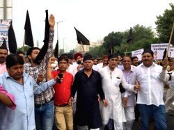 Former West Delhi MP Mahabal Mishra with Congress workers protest against the inauguration of flyover from Vikas Puri to Meera Bagh by Delhi Chief Minister Arvind Kejriwal; in New Delhi on ...