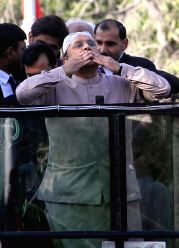 KARACHI, Dec. 24, 2016 - Pakistani former president and co-chairman of the Pakistan People's Party (PPP) Asif Ali Zardari (C) gestures to his supporters on his return in southern Pakistani port city ...
