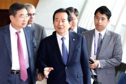 National Assembly Speaker Chung Sye-kyun leaves Incheon International Airport, west of Seoul, for Saint Petersburg, Russia, on Oct. 11, 2017, to attend the upcoming general assembly of the ...
