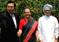 Congress President  Sonia Gandhi and Former  Prime Minister Dr.Manmohan Singh with the Chairman of the Standing Committee of the National People`s Congress of China, Zhang Dejiang in New ...