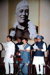 New Delhi: Congress president Sonia Gandhi, party vice-president Rahul Gandhi and former prime minister Manmohan Singh during a programme organised on the eve of 125th birth anniversary of Jawaharlal