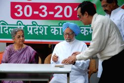 New Delhi: Former prime minister Dr Manmohan Singh with his wife Gursharan Kaur and Delhi Congress chief Ajay Maken at the launch of party's membership drive in New Delhi, on March 30, 2015.