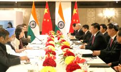 NEW DELHI, Sept. 19, 2014 (Xinhua) -- Chinese President Xi Jinping (3rd R) meets with Sonia Gandhi (3rd L), head of the Indian National Congress Party, and Manmohan Singh (2nd L), former Indian prime