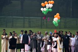 New Delhi:Vice-President Mohammad Hamid Ansari, Former prime minister Manmohan Singh, Congress vice president Rahul Gandhi and others release balloons in the air at  the Samadhi of the former Prime ...