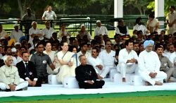President Pranab Mukherjee, Vice President Hamid Ansari, former Prime Minister Manmohan Singh, Congress president Sonia Gandhi and Congress vice president Rahul Gandhi paying homage at the samadhi of