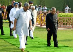 President Pranab Mukherjee with Vice-President Mohammad Hamid Ansari and former Prime Minister Manmohan Singh during a programme organised to pay tribute to Former President Dr. Shanker Dayal Sharma .