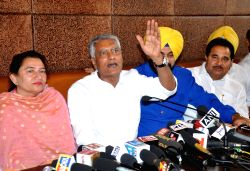 Punjab Congress chief Sunil Jakhar addresses a press conference in Amritsar on Sept 21, 2017. Also seen Punjab Local Bodies and Cultural Affairs Minister Navjot Singh Sidhu.