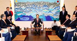 South Korean National Assembly Speaker Chung Sye-kyun (C) meets with the floor leaders of the nation's four major political parties at his office on Oct. 23, 2017, to discuss preparations for ...