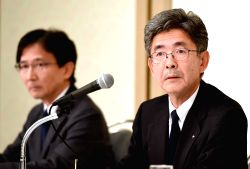 TOKYO, Oct. 21, 2017 - Kobe Steel Executive Vice President Naoto Umehara (R) attends a press conference in Tokyo, Japan, Oct. 20, 2017. Kobe Steel Ltd. told a press conference on Friday that more of ...