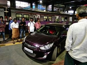 Ranji player rams car onto Mumbai platform (Lead) (With Image)