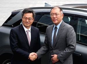 Finance chief visits Hyundai Motor's think tank