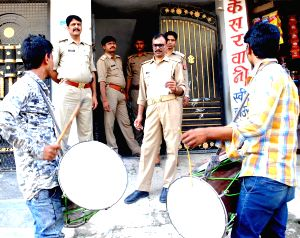 Police conducts 'munadi' outside the residence of Ashraf over MLA's murder
