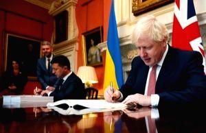 UK Prime Minister Boris Johnson signs agreement with Ukrainian President Volodymyr Zelensky. (Photo: gov.uk)