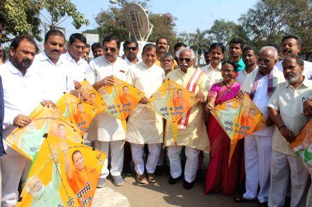 Bandaru Dattatreya, C Ramachandra Reddy during Kite Festival