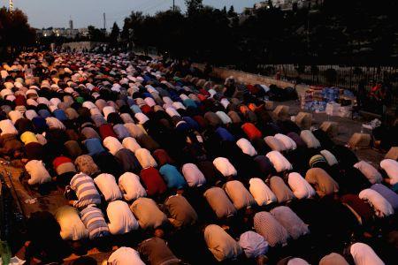 MIDEAST-JERUSALEM-PRAYING-PROTEST