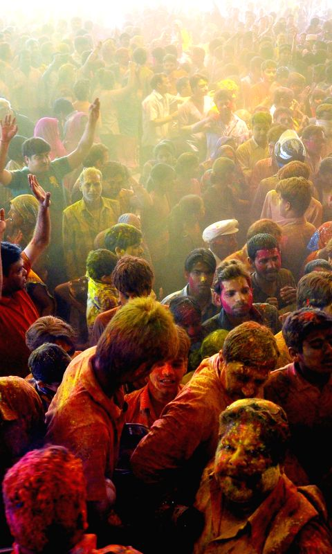 devotees-celebrate-holi-at-govind-devji-temple-in