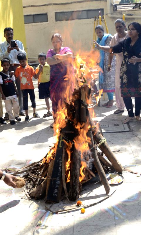 mumbai-people-participate-in-holika-dahan-burning