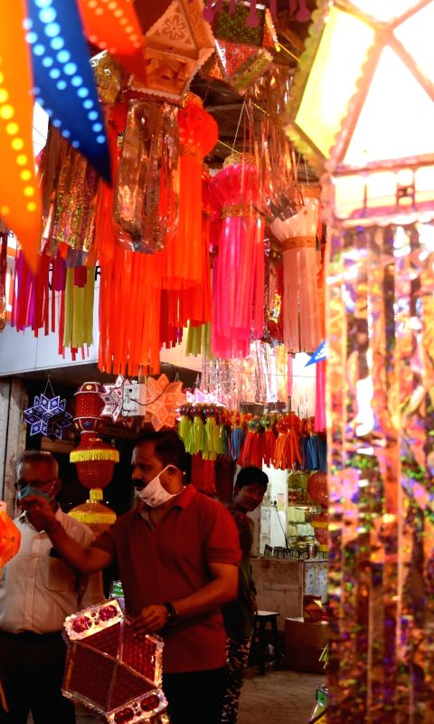 people-busy-shopping-for-lanterns-and-decorative