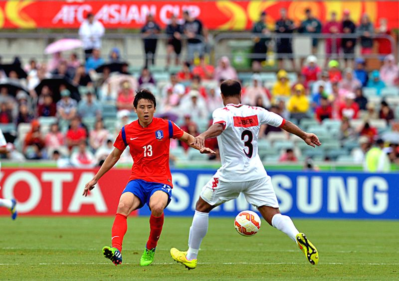 Koo Ja Cheol (L) of South Korea vies with Jaber Al Owaisi of Oman during a Group A match at the AFC Asian Cup in Canberra, Australia, Jan. 10, 2015. ...