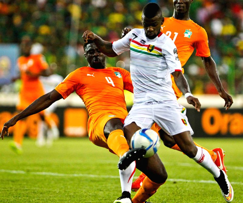 Guinea's Abdoul Razzagui Camara (R) vies with Kolo Abib Toure of Cote d'Ivoire during their group match in Malabo, capital of Equatorial Guinea, on Jan. .