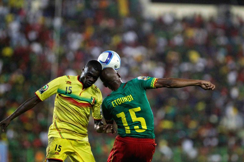 Mali's Drissa Diakite (L) vies with Cameroon's Franck Etoundi during their group match in Malabo, capital of Equatorial Guinea, Jan. 20, 2015. The match .