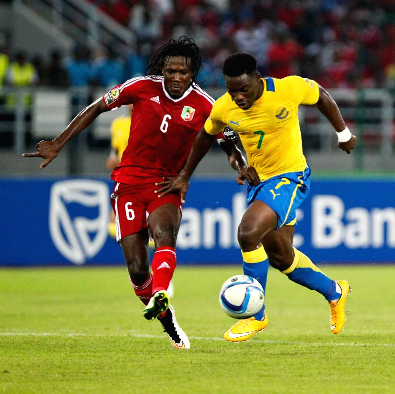 Gabon's Malick Evouna (R) vies with Congo's Davy Dimitri Magnokele Bissiki during their group match of African Cup of Nations in Bata, Equatorial Guinea, ..