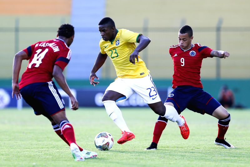 Brazil's Yuri Mamute (C) breaks through during a South American U-20 football match between Brazil and Colombia in Maldonado, Uruguay, Jan. 23, 2015. .