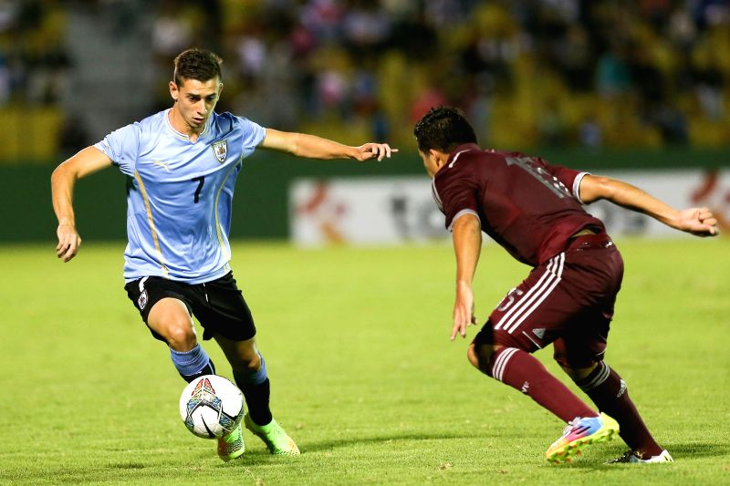 Uruguay's Facundo Castro (L) vies with Venezuela's Daniel Carrillo during a South American U-20 football match between Uruguay and Venezuela in ...