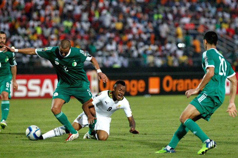 Jordan Pierre Ayew (2nd, R) of Ghana vies with Algeria's Bouguerra Madjid (2nd, L) during their group match of Africa Cup of Nations in Mongomo, ...