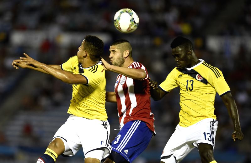 Paraguay's Ivan Canete (C) vies the ball with Colombia's Andres Tello (L) and Davinson Sanchez in a match of the South American U-20 tournament in ...