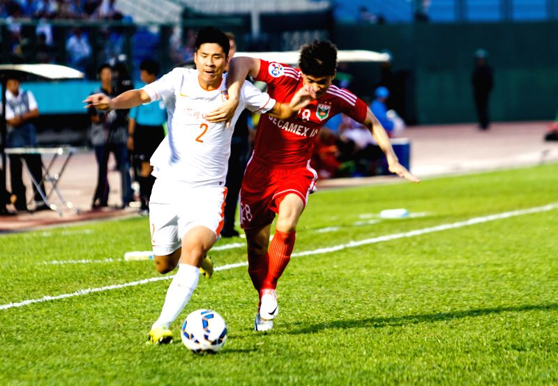 Zhao Mingjian (L) of China's Shandong Luneng vies for the ball during the 2015 AFC Champions League Group E football match against Vietnam's ...