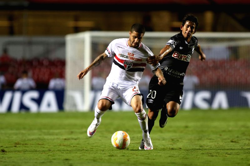 Paulo Bruno (L) of Brazil's Sao Paulo vies with Hamilton Pereira of Uruguay's Danubio during the match of the Copa Libertadores in Sao Paulo, Brazil, ...