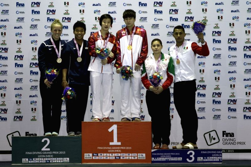 Liu Lingrui (C-L) and Hu Qiyuan (C-R) of China, Abby Johnston (1st L) and Jordan Windle (2nd L) of the United States, Dolores Hernandez (2nd R) and ...