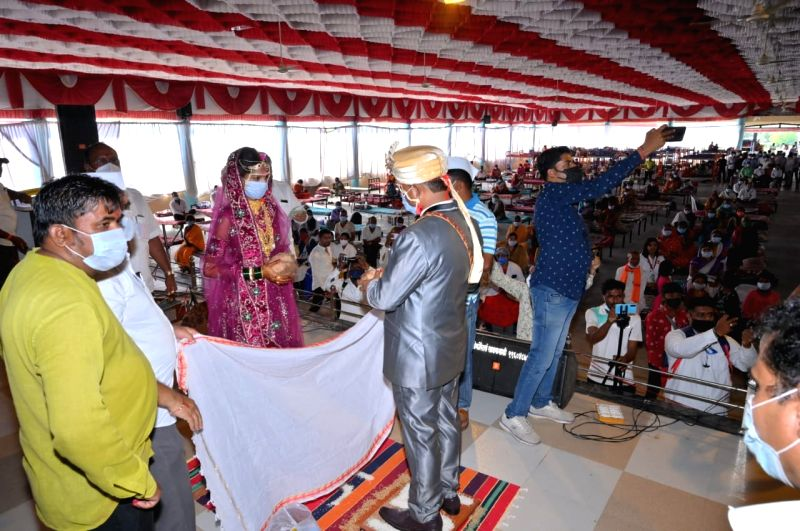 4 wed in Maha jumbo Covid centre, 1,000 patients bless the couples.