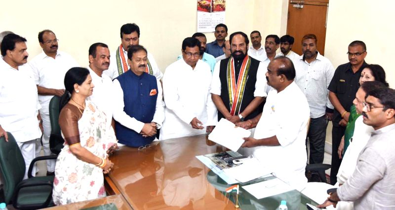 A delegation of Telangana Congress leaders led by K. Jana Reddy and Uttam Kumar Reddy meets Telangana Assembly Speaker S Madhusudana Chary over the expulsion of two party legislators from ... - S Madhusudana Chary, K. Jana Reddy, Uttam Kumar Reddy, Komatireddy Venkat Reddy and Sampath Kumar