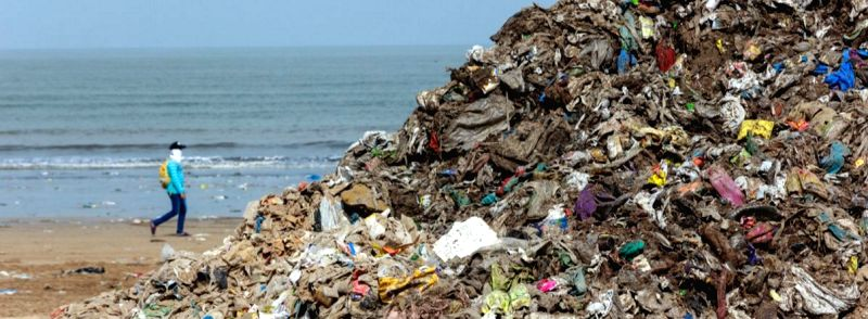 A heap of garbage, primarily plastic waste, lines a beach in Mumbai in Maharashtra, one of the states where a plastic ban has recently been introduced. (Photo Credit: Kartik Chandramouli/Mongabay)