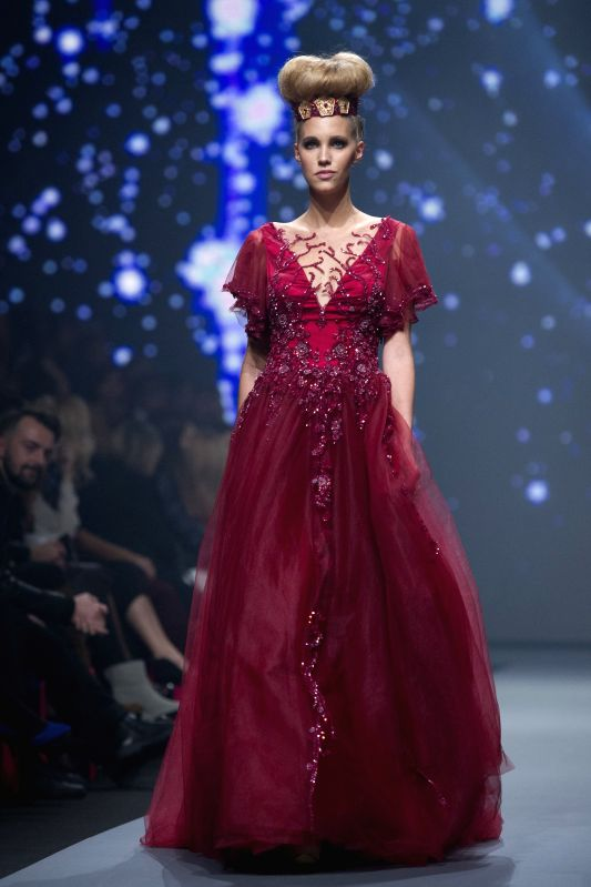 A model presents creations during the Zagreb Fashion Week Fall/Winter 2015/2016 in Zagreb, capital of Croatia, Oct. 29, 2015.