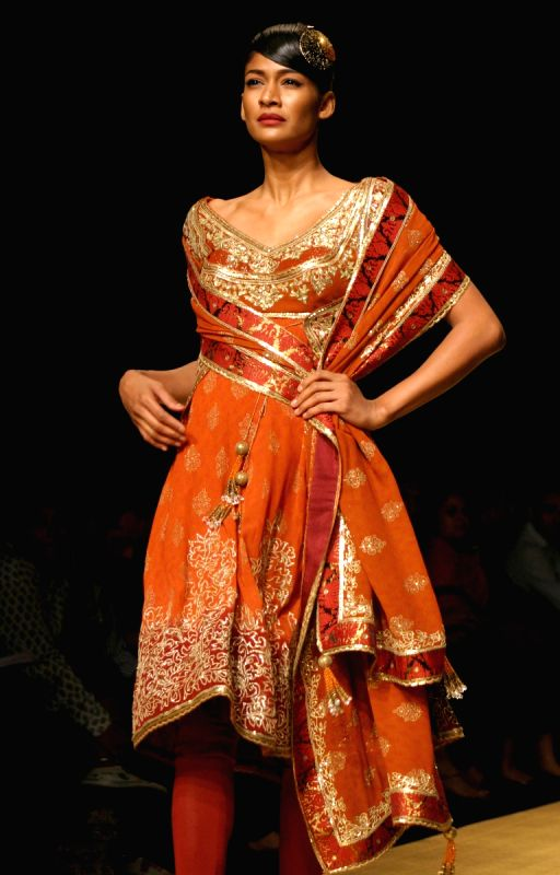 A Model Showcasing Designer Rocky S Creations At The Wills Lifestyle India Fashion Week 2010 In