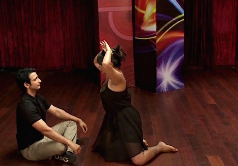 A reality show contestant scares Sharman Joshi with naagin dance. - Sharman Joshi