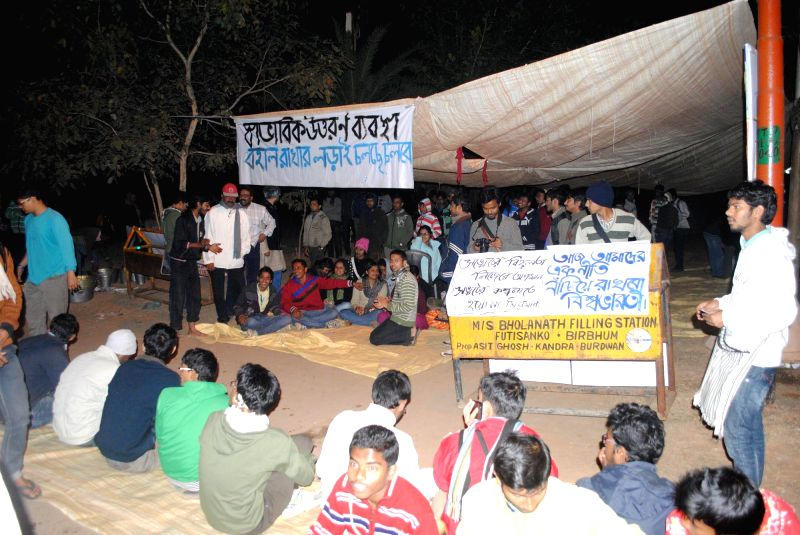 A section of Visva-Bharati University students stage a demonstration outside the residence of vice-chancellor Sushanta Duttagupta to demand his resignation, in Santiniketan on Feb 7, 2015.
