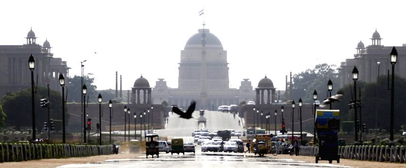 A view of India gate on a hot day in Rashtrapati Bhawan on April 30, 2014.