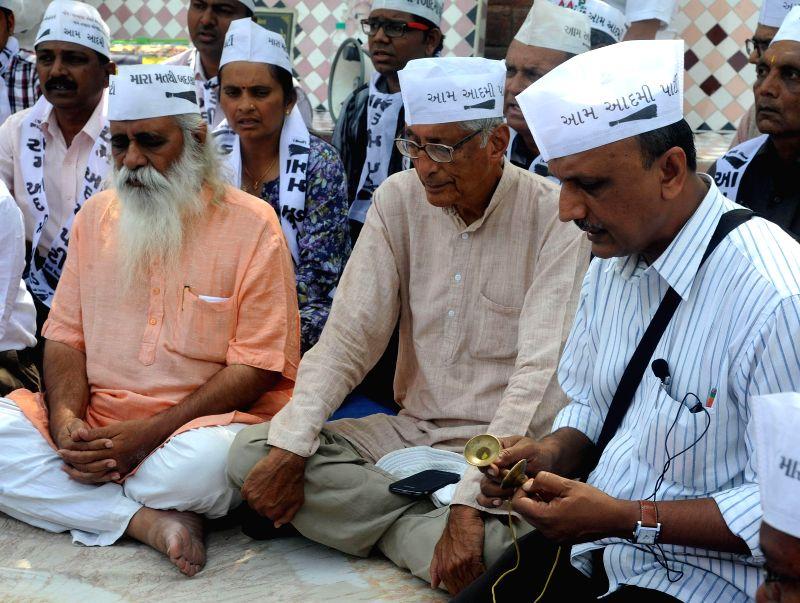 Aam Aadmi Party (AAP) candidate for 2014 General Election from East Delhi Rajmohan Gandhi offers prayers at Sabarmati Ashram in Ahmedabad on April 23, 2014. - Delhi Rajmohan Gandhi