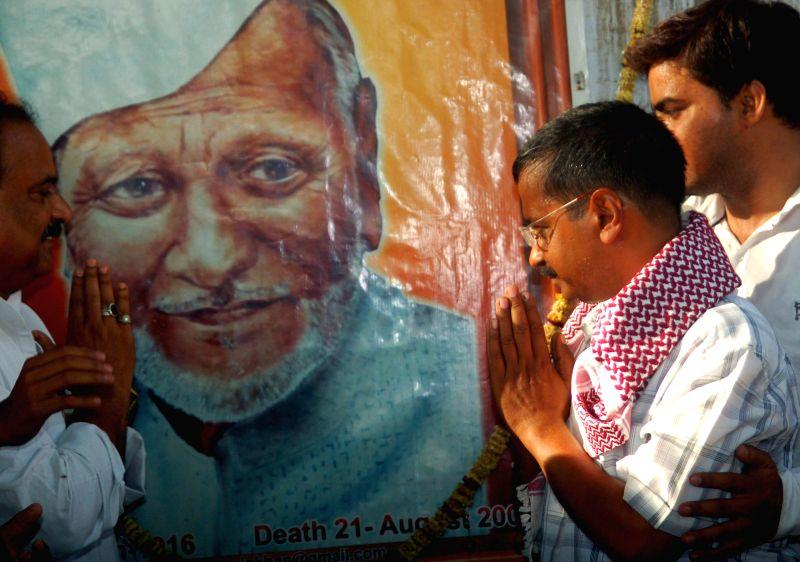 Aam Aadmi Party (AAP) leader Arvind Kejriwal pays tribute to Shehnai maestro Ustad Bismillah Khan in Varanasi on April 28, 2014.