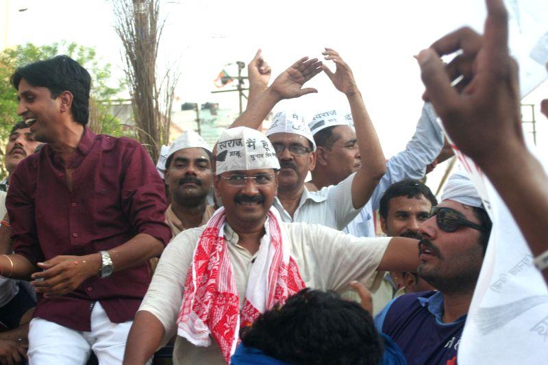 Aam Aadmi Party (AAP) leaders Arvind Kejriwal and Kumar Vishwas during a roadshow in Varanasi on  May 9, 2014. - Arvind Kejriwal