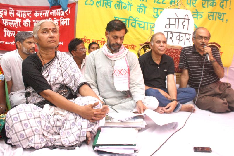 Aam Aadmi Party (AAP) leaders Medha Patkar, Yogendra Yadav, Prashant Bhushan and others during a demonstration against raising of the height of Sardar Sarovar dam, in New Delhi on June 25, 2014. - Yogendra Yadav